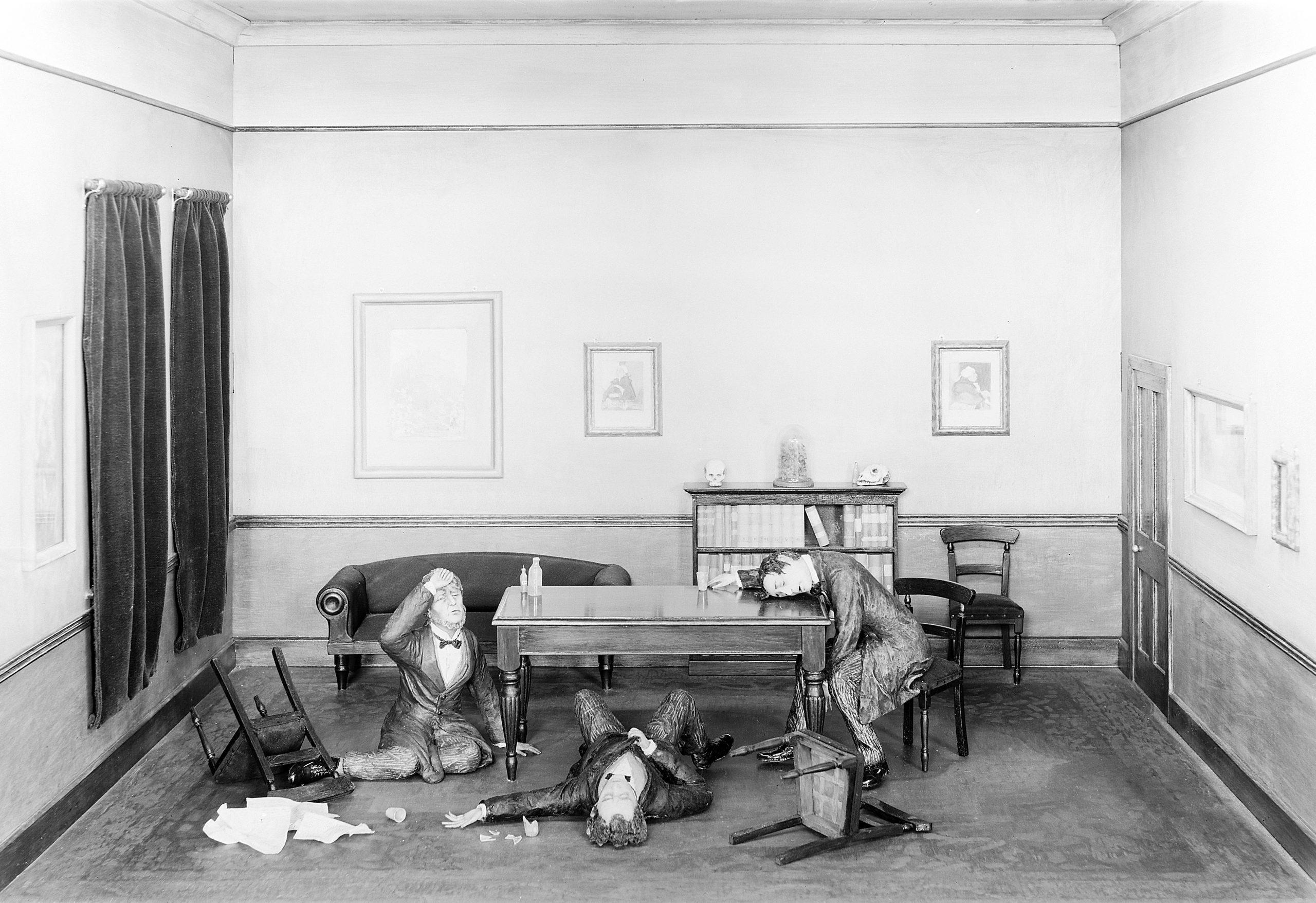 الطبيب جيمس سيمبسون واثنين من أصدقائه أثناء اختبار التأثير المخدر للكلوروفورم