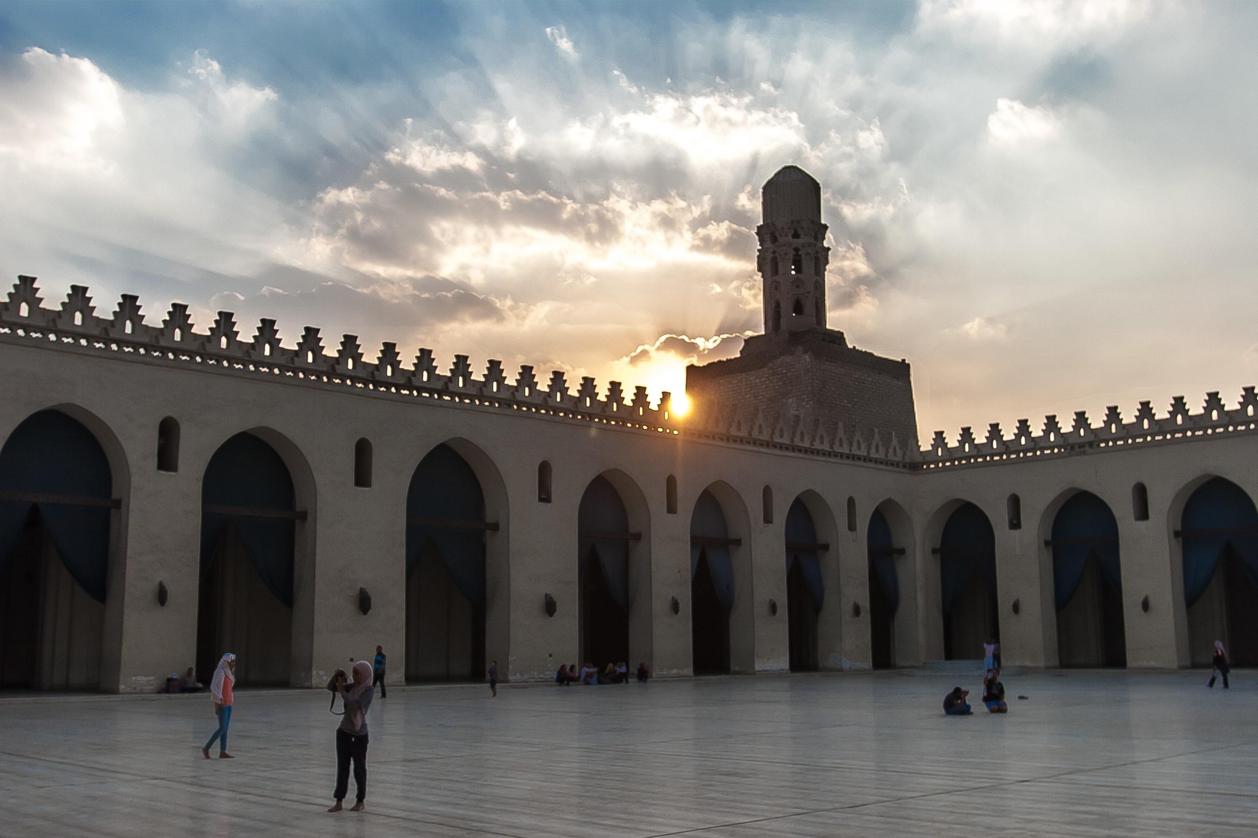مسجد الحاكم بأمر الله في شارع المعز لدين الله الفاطمي