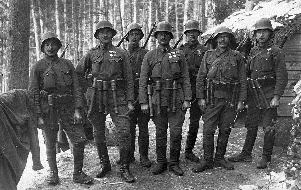 جنود من الحرب العالمية الاولى يرتدون القبعات الفولاذية