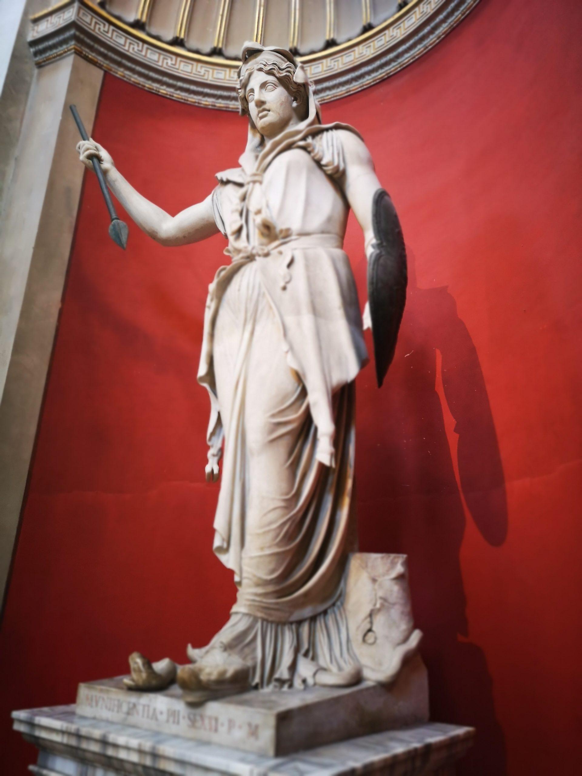 تمثال للإلهة الرومانية جونو