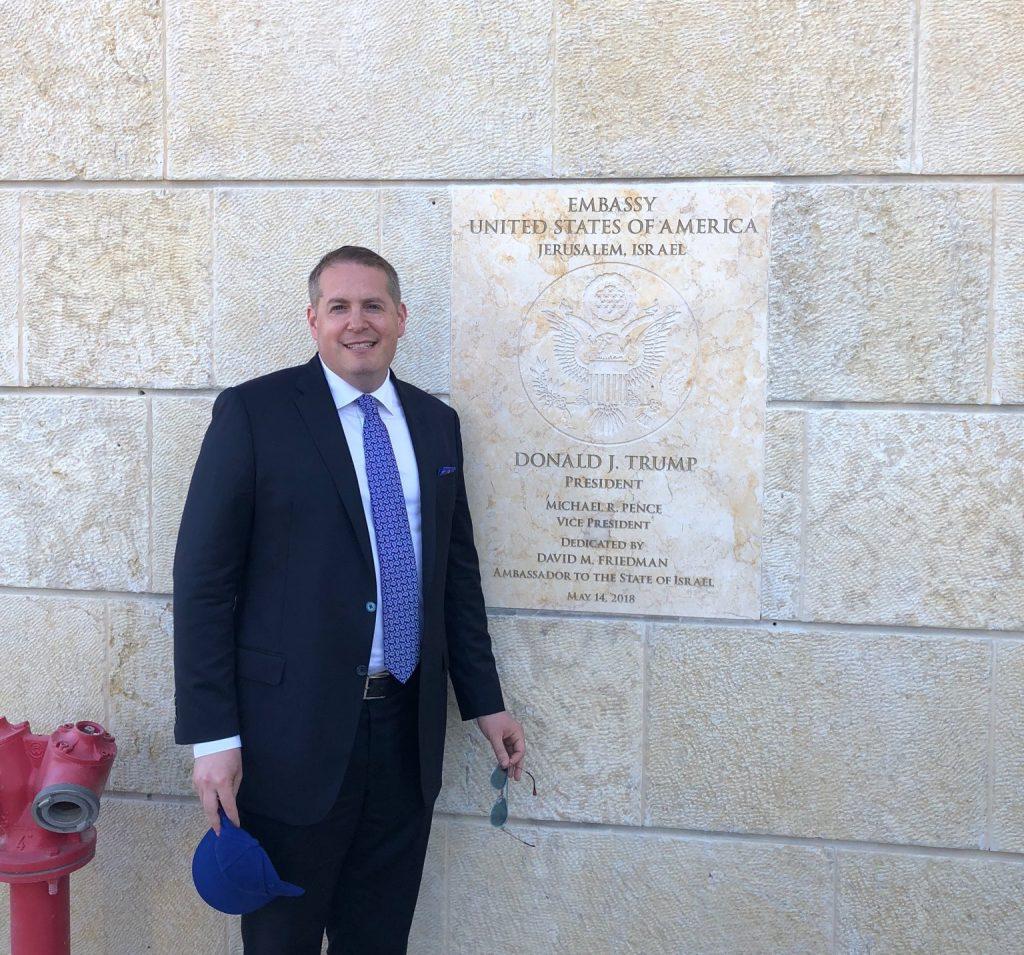 نيك موزين، عامل بمجال اللوبيات استأجرته قطر للتشبيك مع المجتمع اليهودي الأمريكي، ويظهر في الصورة أمام السفارة الأمريكية الجديدة في القدس المحتلَّة. مصدر الصورة: تويتر.