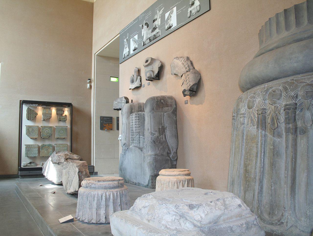 مجموعة من الأعمال الفنية داخل متحف اللوفر