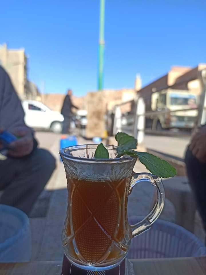 مزج الشاي مع السكر من حوالي متر ونصف ، مصدر الصورة ( ساسة بوست)
