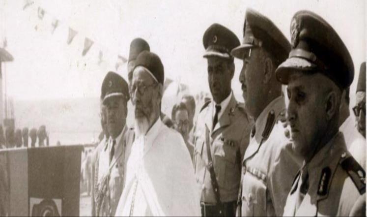 الملك الليبي إدريس السنوسي رفقة عسكريين جزائريين (الجزيرة)