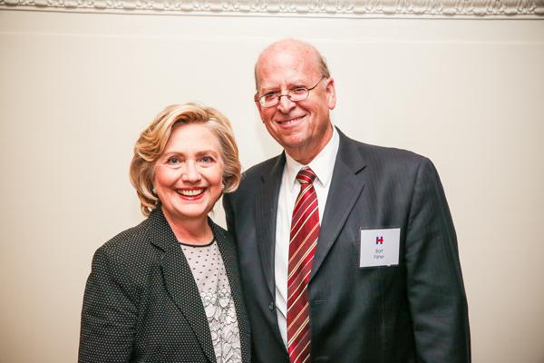 المحامي الأمريكي روبرت فيشر ممثل السودان في عدة قضايا قانونية، مع هيلاري كلينتون، في 2015.