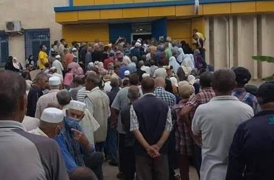 أزمة سيولة خانقة.. مشاهد تدافع وازدحام بمكاتب البريد والبنوك