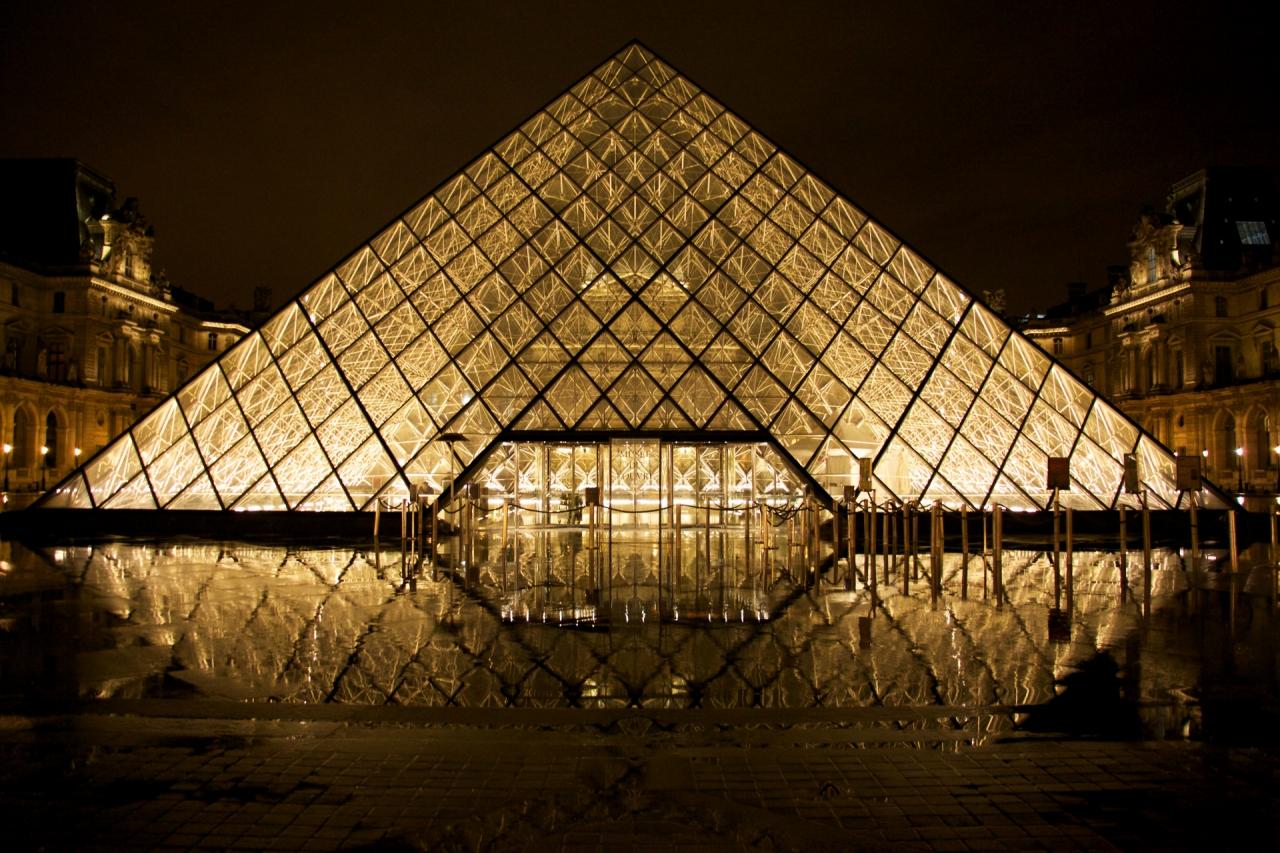 هرم من الفولاذ والزجاج في وسط فناء نابليون