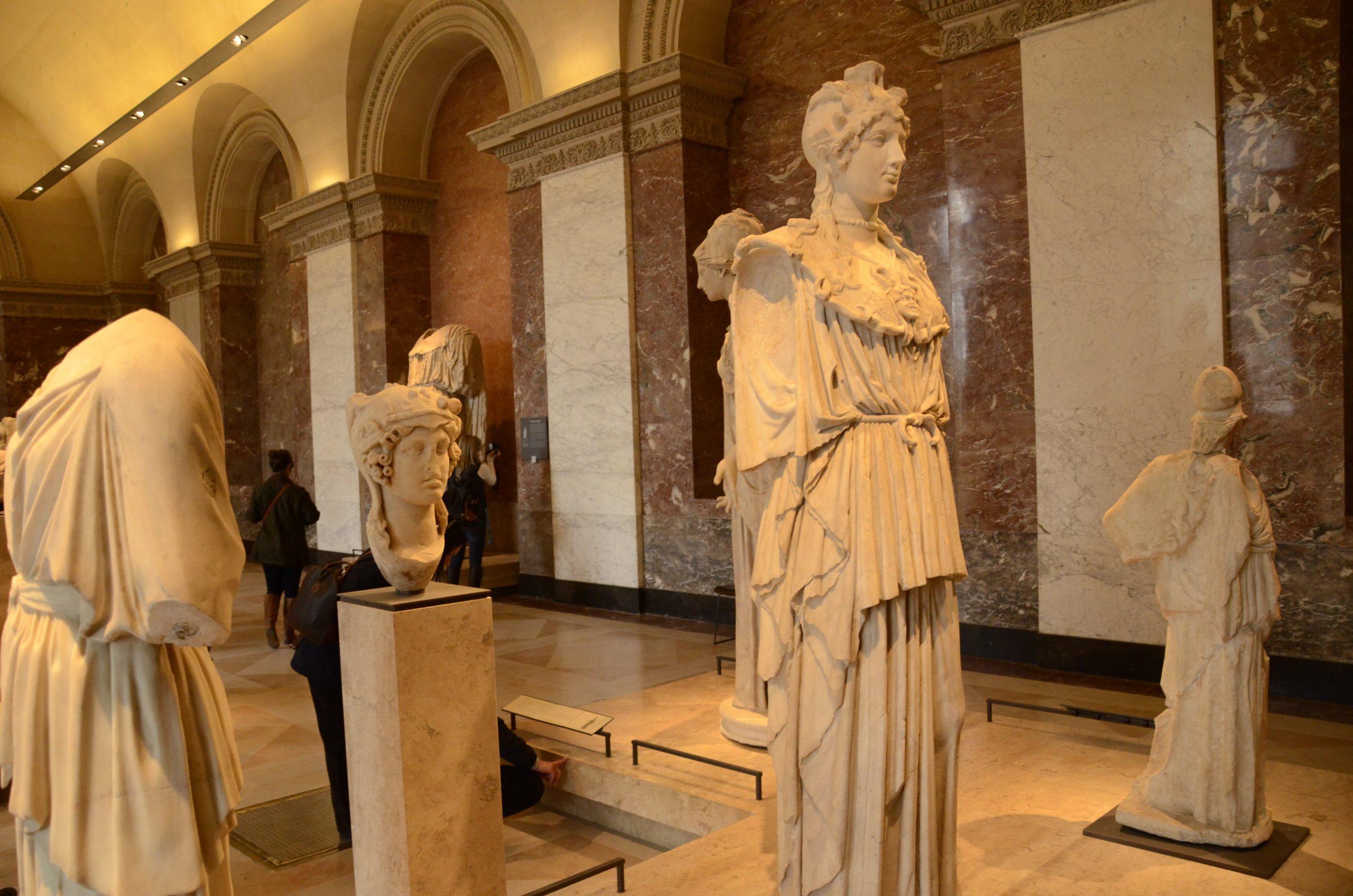 أعمال فنية داخل متحف اللوفر