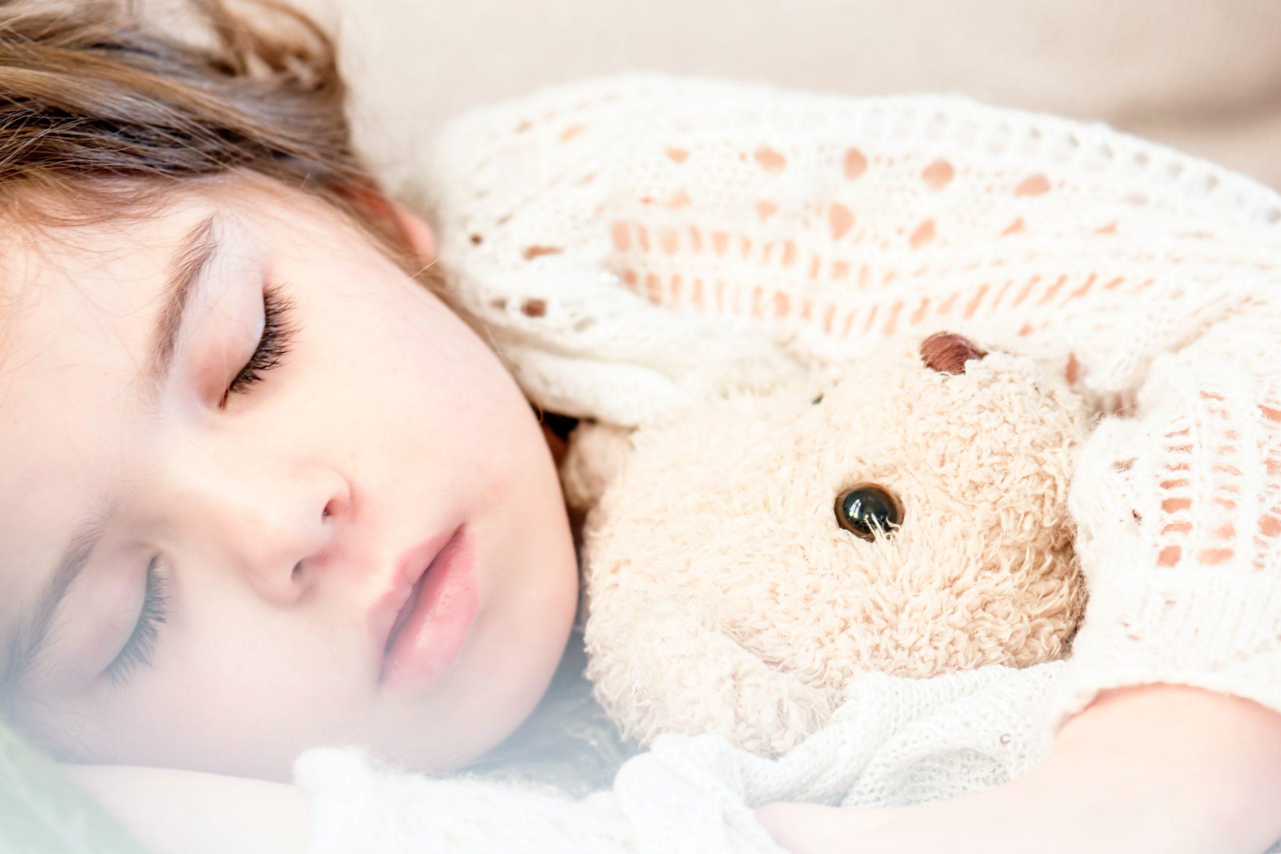اسمحي لطفلك بالنوم مع دميته